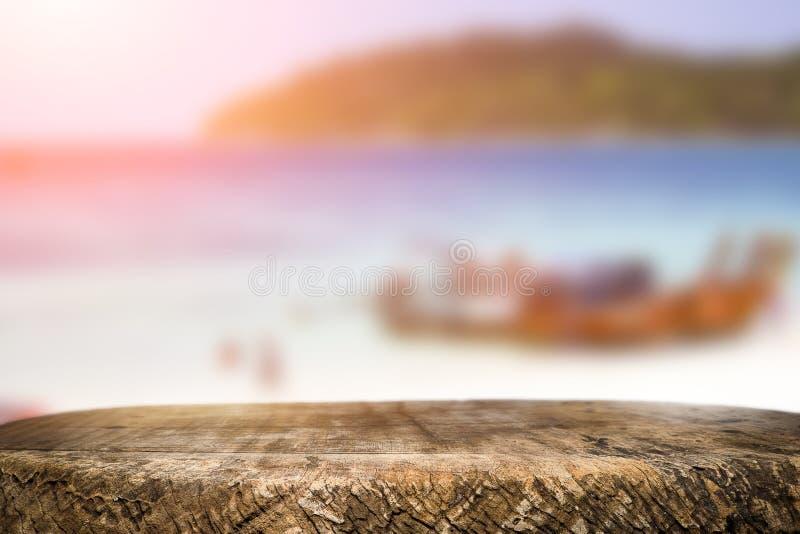 Космос стола на сторона пляжа и солнечный день стоковое фото rf