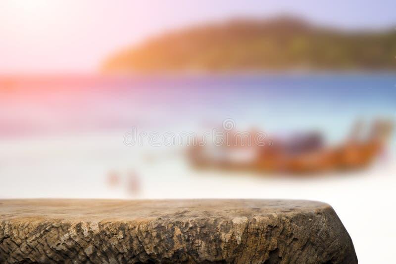 Космос стола на сторона пляжа и солнечный день стоковое изображение rf