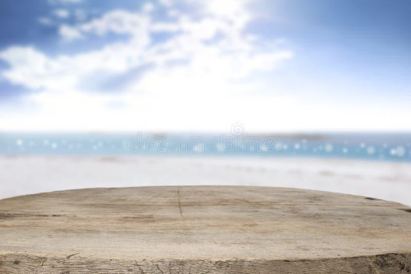 Космос стола на сторона пляжа и солнечный день стоковое фото