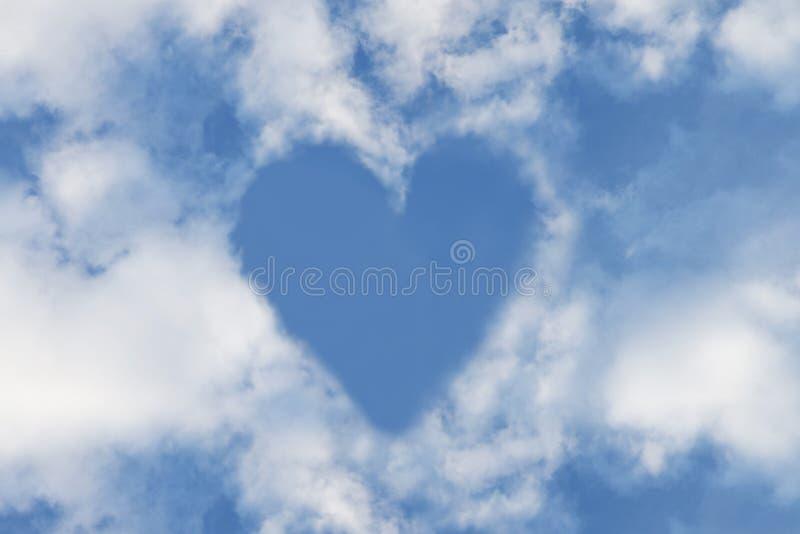 Космос экземпляра белого облака и неба формы сердца голубого белый Предпосылка дня Валентайн стоковая фотография rf