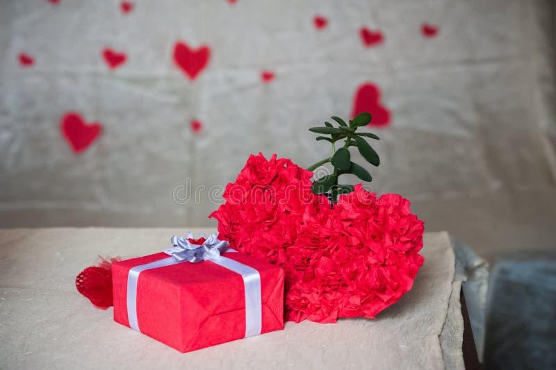 Космос экземпляра концепции дня Валентайн Красная коробка с подарком, сердца, предпосылка стоковые изображения rf