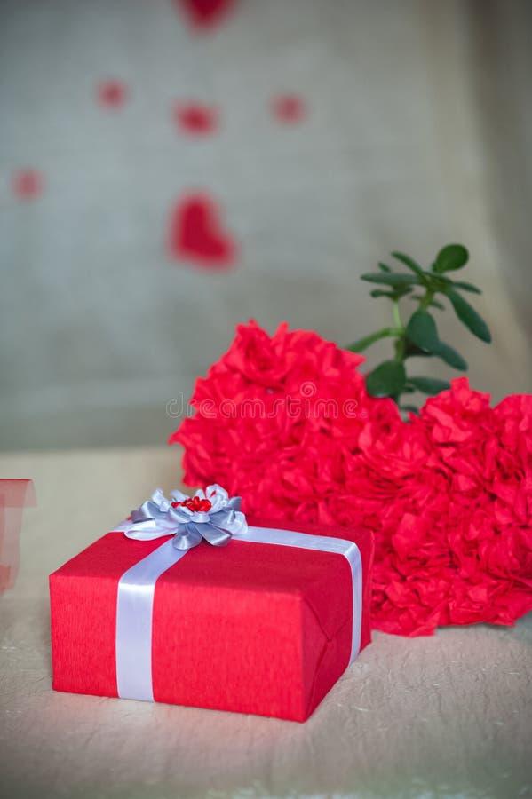 Космос экземпляра концепции дня Валентайн Красная коробка с подарком, сердца, предпосылка стоковое фото