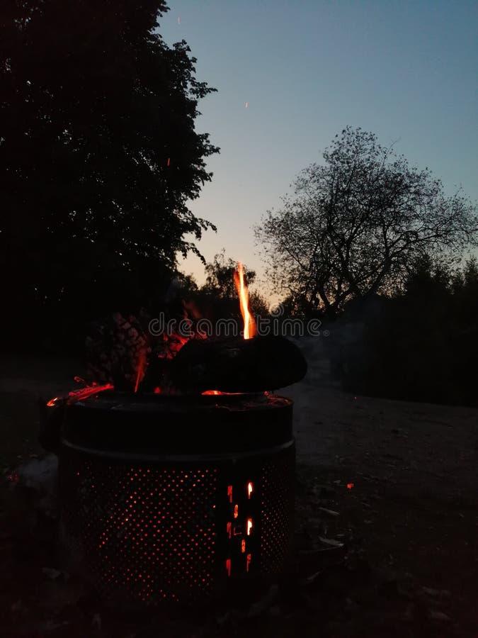 Костер во время захода солнца стоковое изображение rf