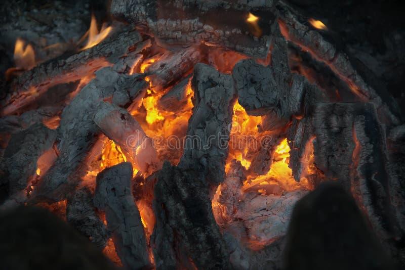Костер с пламенем и золой стоковые фотографии rf