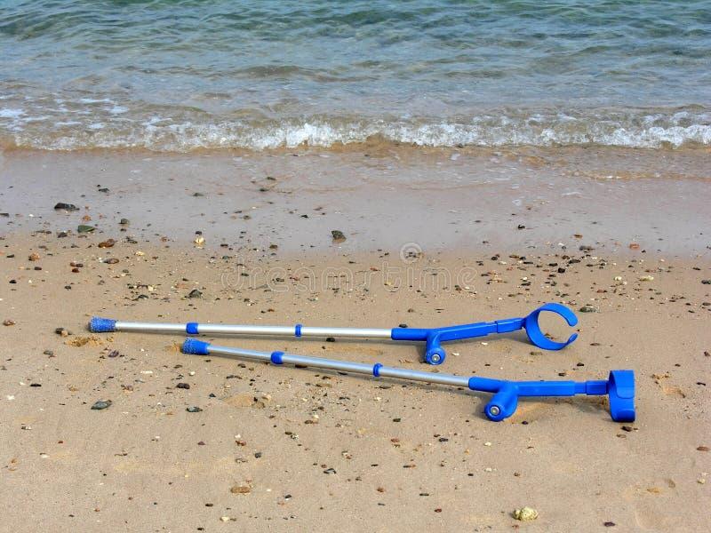 Download костыли пляжа стоковое фото. изображение насчитывающей спасение - 489240
