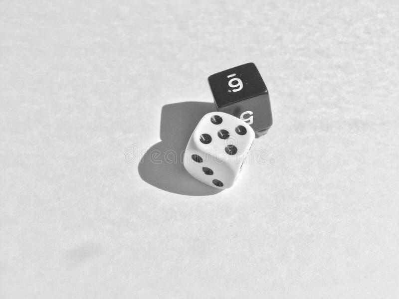 Кость брошенная в черно-белое стоковое изображение rf