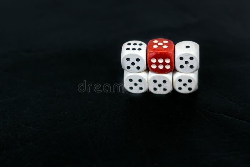 Кость 5 fives и красный цвет 6 на черной предпосылке стоковое изображение rf