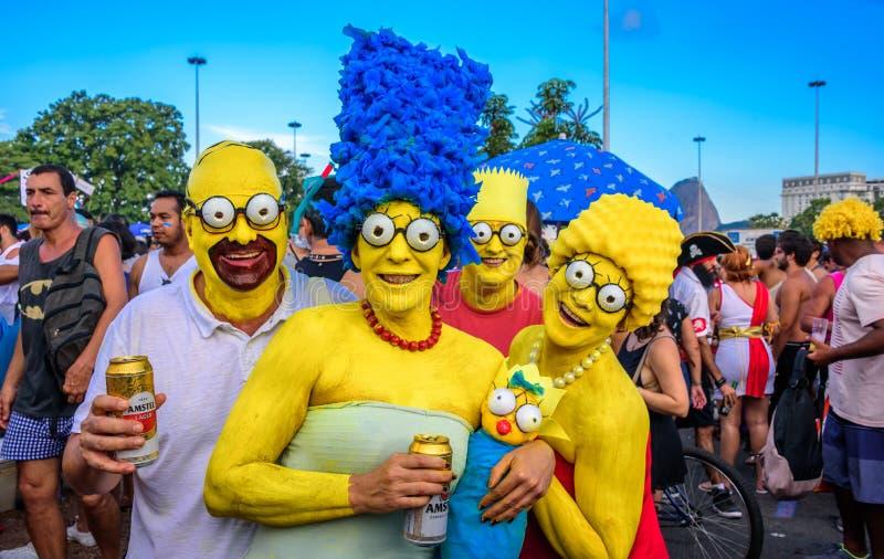 Костюмированная семья Simpsons с почтовым голубем, Marge, Барта, Лизы и Maggie на Bloco Orquestra Voadora, Carnaval 2017 стоковая фотография rf