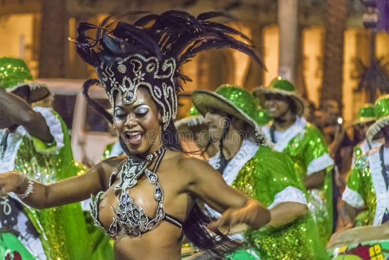 Костюмированный привлекательный танцор чернокожей женщины на параде масленицы Uru стоковая фотография rf