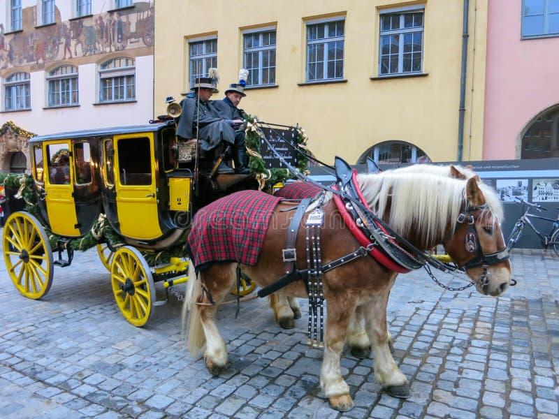 Костюмированный экипаж столба на улице Нюрнберга рождества стоковая фотография rf