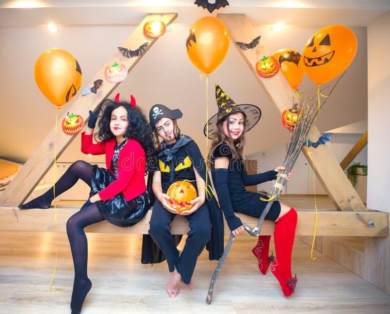 костюмирует малышей halloween стоковые изображения rf