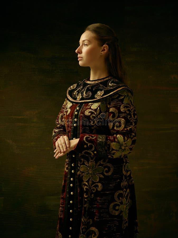 костюмируйте женщину kokoshnik платья изолированную девушкой старую красную русскую sarafan стоящую традиционную нося белую стоковая фотография