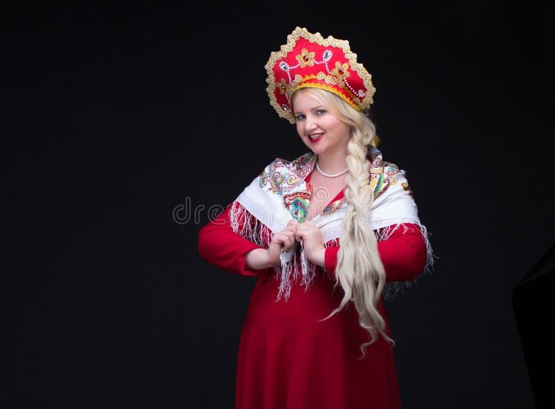 костюмируйте женщину kokoshnik платья изолированную девушкой старую красную русскую sarafan стоящую традиционную нося белую Женщи стоковая фотография rf