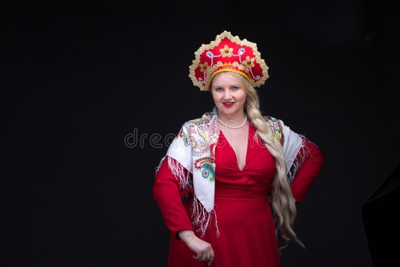 костюмируйте женщину kokoshnik платья изолированную девушкой старую красную русскую sarafan стоящую традиционную нося белую Женщи стоковые фотографии rf