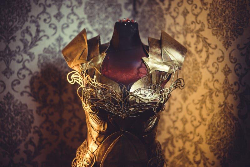 Костюмируйте панцырь нагрудника металла женщины сильного handmade в золоте стоковое изображение rf