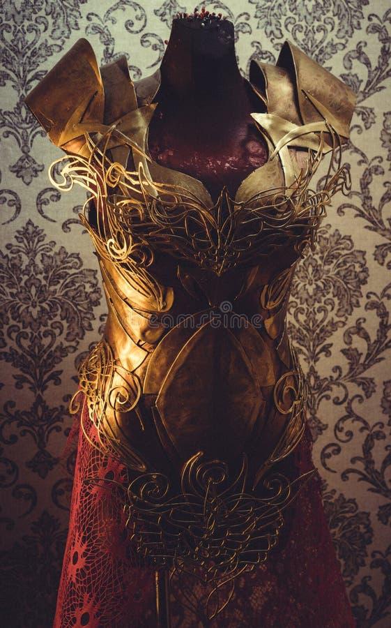 Костюмируйте панцырь нагрудника металла женщины сильного handmade в золоте стоковые изображения