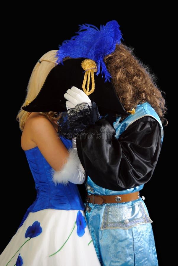 костюмы пар поцелуев стоковое фото