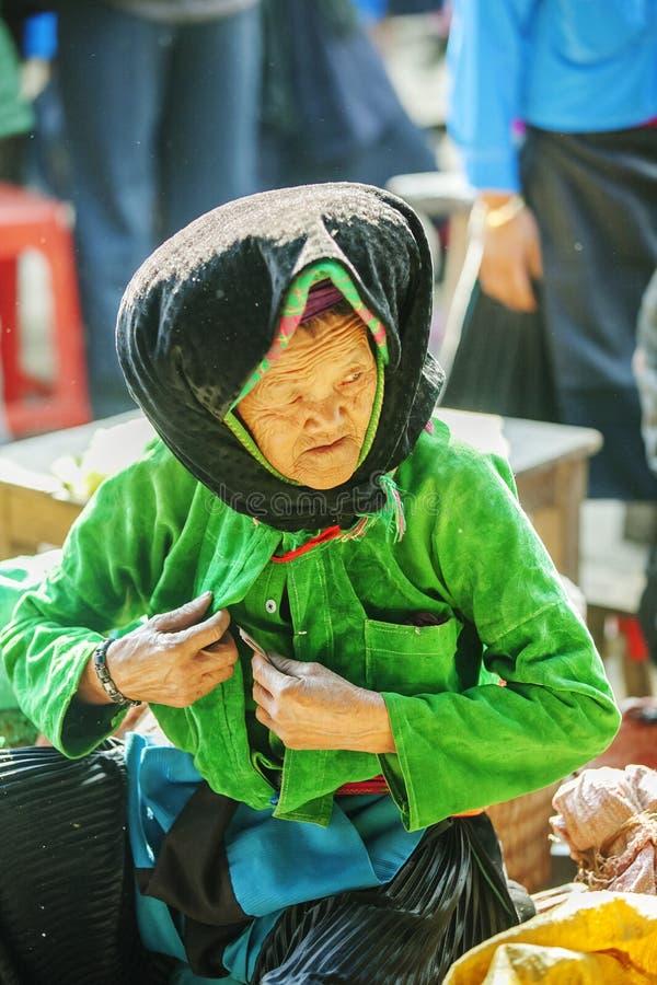 Костюмы старух этнического меньшинства, на старом Дуне Van рынке стоковые изображения rf