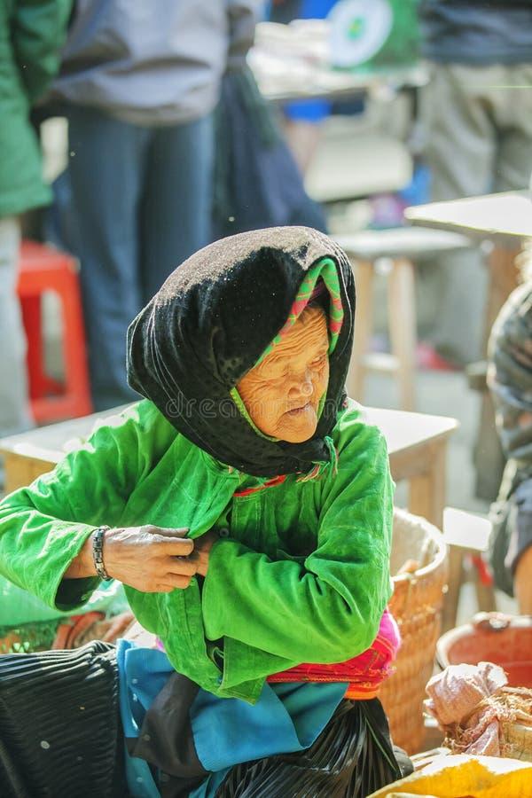 Костюмы старух этнического меньшинства, на старом Дуне Van рынке стоковые изображения