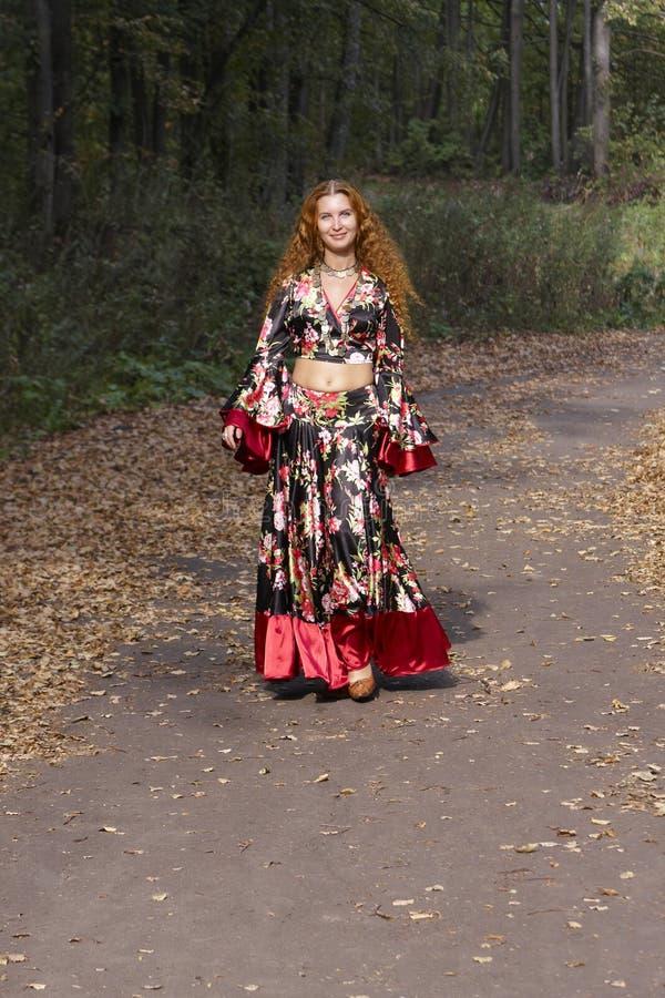 костюм красивейшей девушки имбиря цыганской с волосами стоковые фото