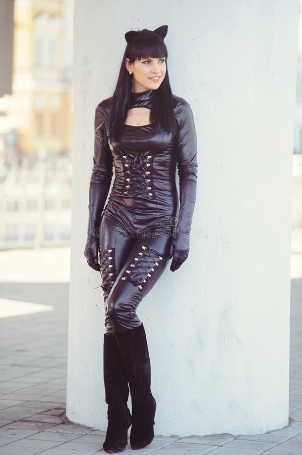 Костюм красивой молодой модели в костюме кошки Сексуальная брюнетка в стиле кошки, чёрный фетиш латекс кошка стоковые фотографии rf