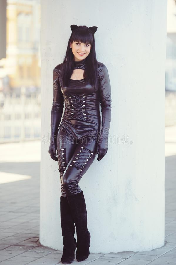 Костюм красивой молодой модели в костюме кошки Сексуальная брюнетка в стиле кошки, чёрный фетиш латекс кошка стоковые изображения