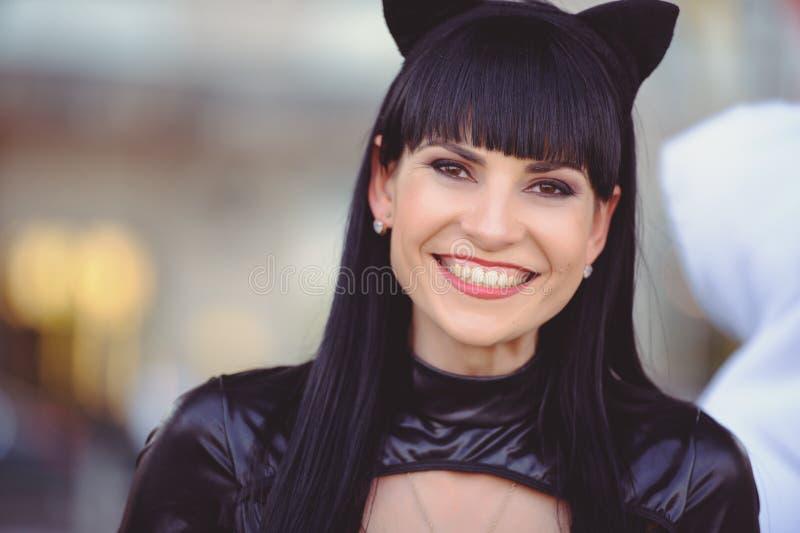 Костюм красивой молодой модели в костюме кошки Сексуальная брюнетка в стиле кошки, чёрный фетиш латекс кошка стоковое фото