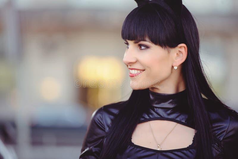 Костюм красивой молодой модели в костюме кошки Сексуальная брюнетка в стиле кошки, чёрный фетиш латекс кошка стоковые изображения rf
