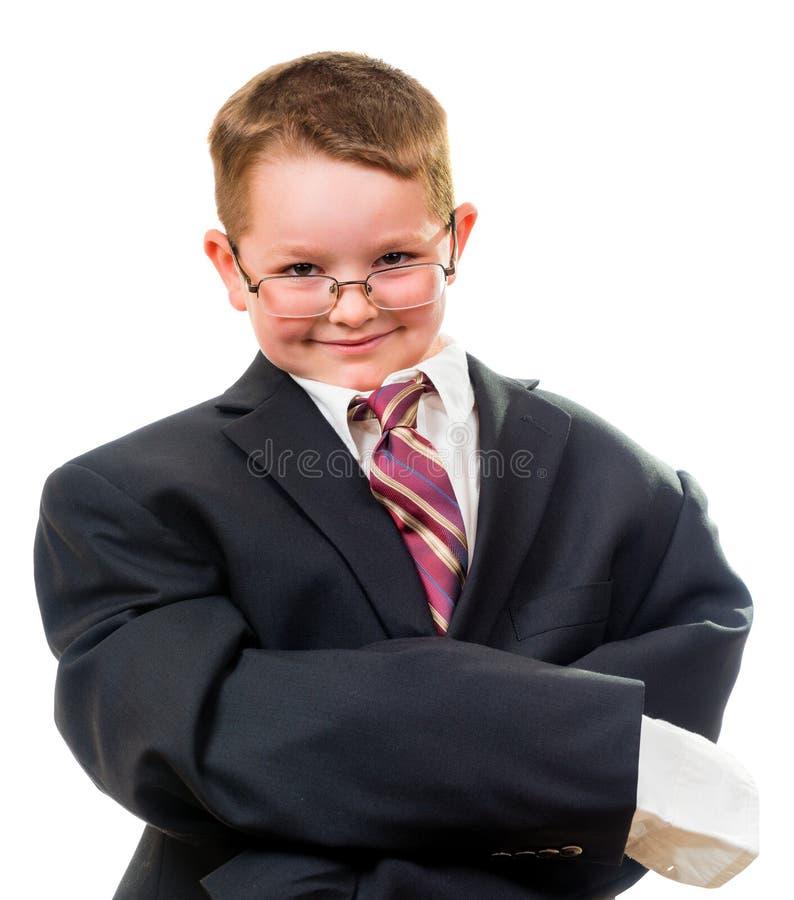 Костюм серьезного ребенка нося который слишком большой стоковые фото