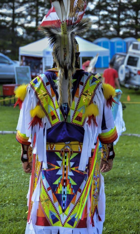Костюм человека Micmac коренного американца красочный стоковое фото rf