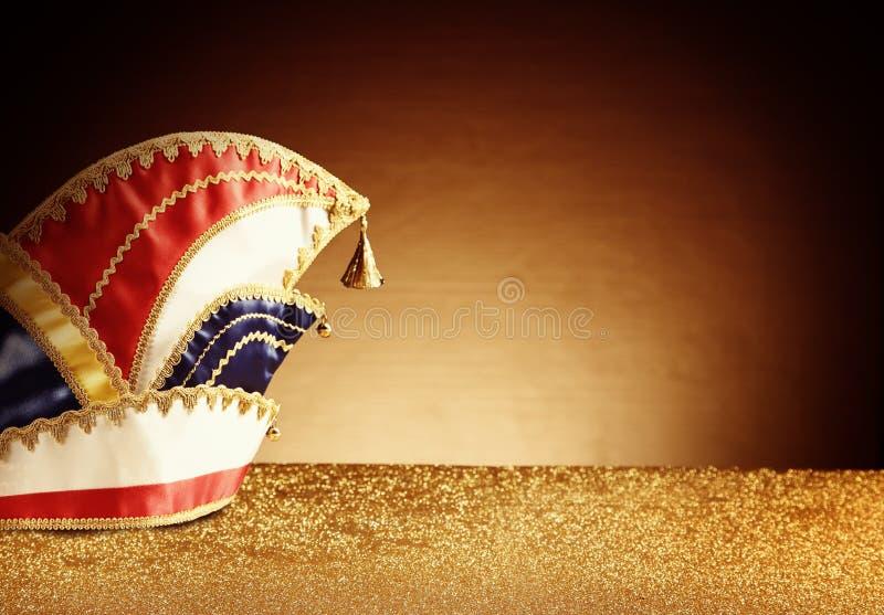 Костюм шляпы масленицы на Glittery таблице стоковое фото