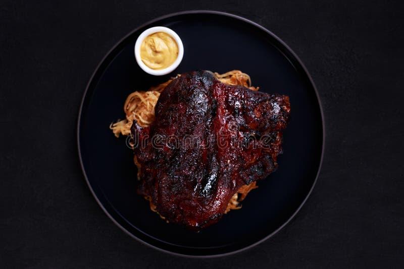 Костяшка свинины жаркого с потушенными капустой и мустардом стоковые фотографии rf