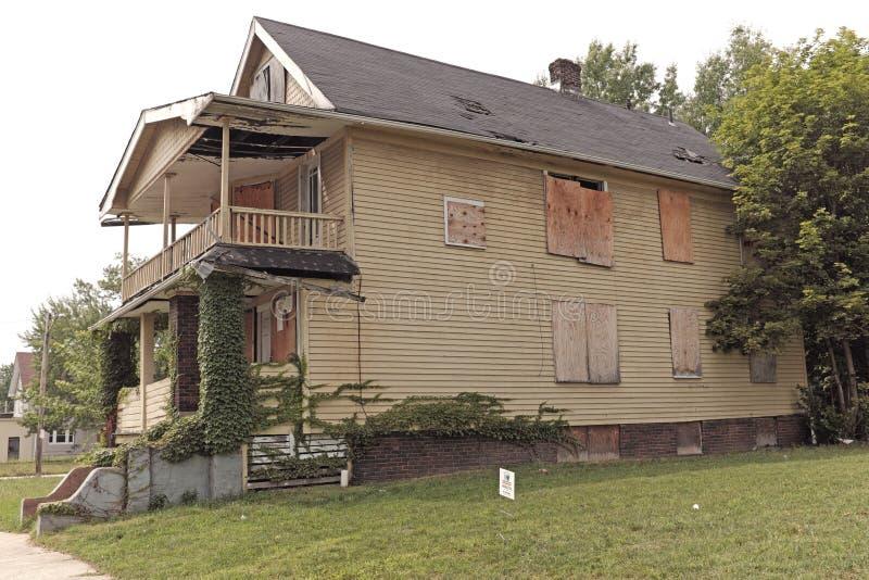 , который взошли на борт поднимающий вверх дом сидит вакантное на улице в восточном Кливленд, Огайо, США стоковая фотография rf