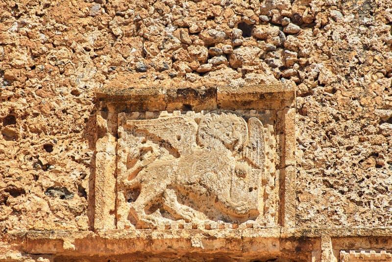 , который подогнали лев высекаенный в камне - герб Венеции на стенах крепости стоковые фото