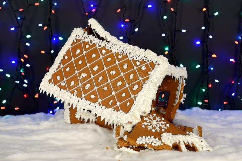 , который разбили ручной работы eatable дом пряника, украшение снега стоковая фотография rf