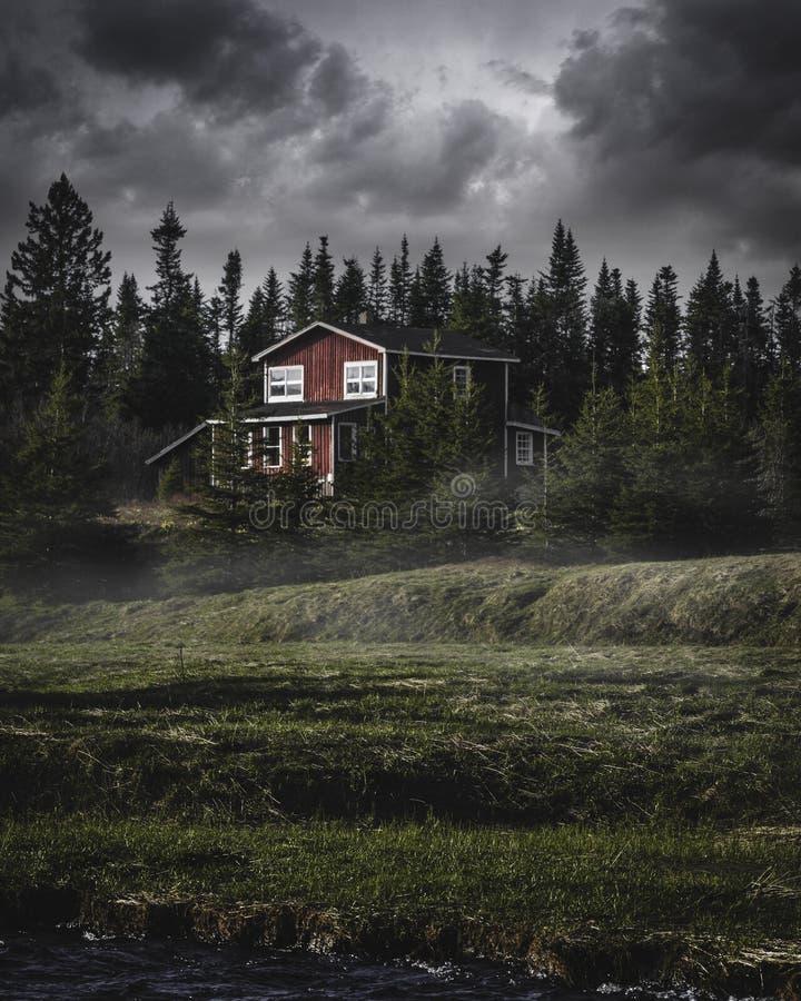 коттедж landscaped древесины стоковые фотографии rf