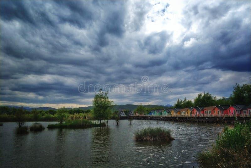 коттедж вида на озеро стоковое фото rf