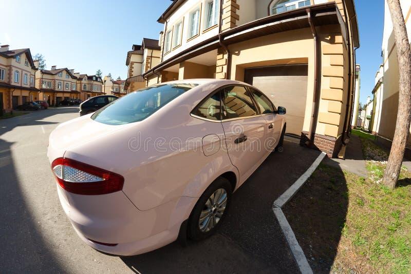 Коттедж гаража автомобиля стоковое изображение rf