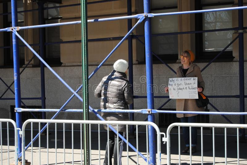 Котята и законы оружия, управление орудием, протест -го март на наши жизни, NYC, NY, США стоковое фото