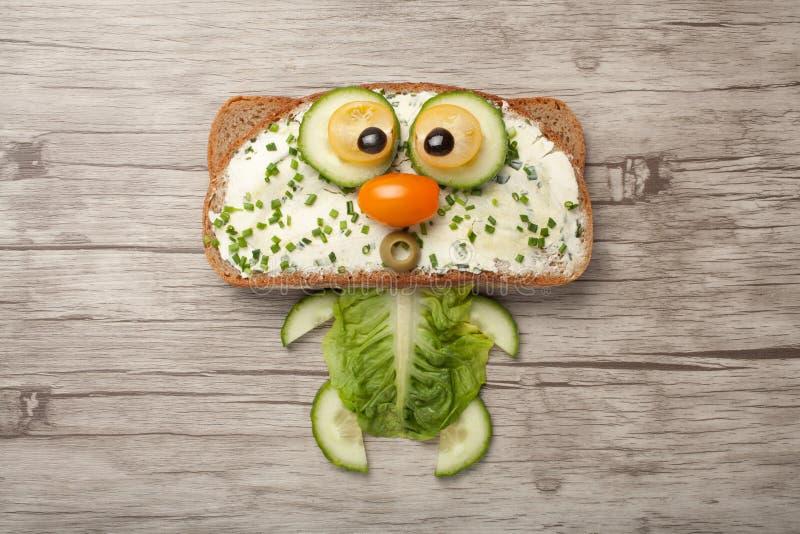 Кот сделанный хлеба и овощей стоковая фотография