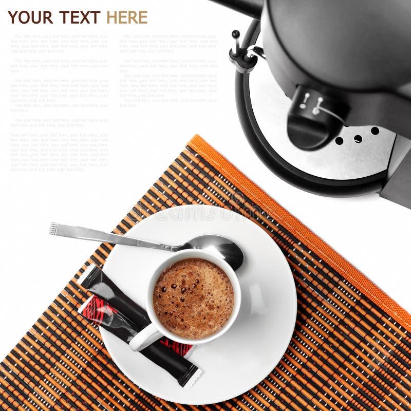 Кофеварка и кофе готовые на белой предпосылке стоковая фотография rf