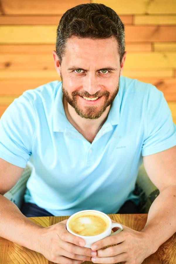 Кофеин может получить творческие соки пропуская когда вы вставили в колейности и оно даст вам привод Сторона посетителя кафа счас стоковое изображение rf