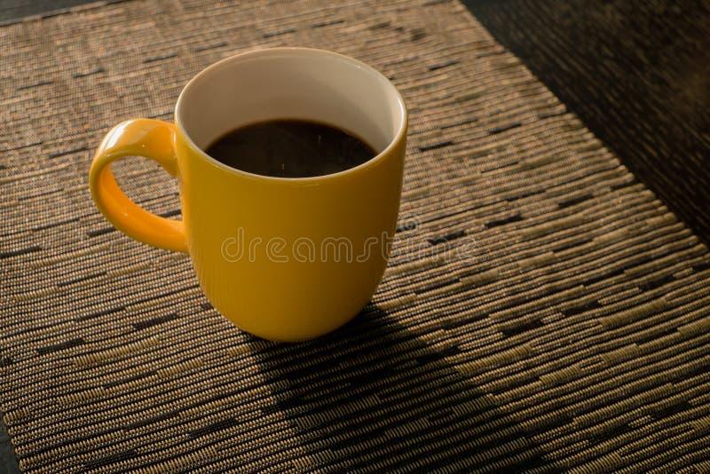 Кофейная чашка в утре стоковые изображения rf