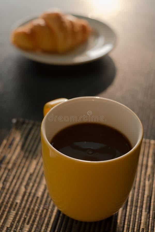 Кофейная чашка в утре стоковое изображение rf