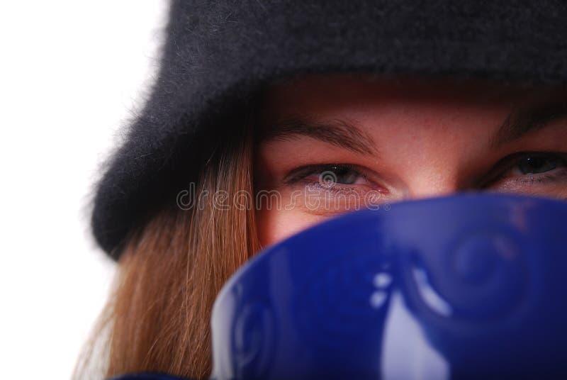 кофейная чашка держа женщину супа теплую стоковые изображения rf