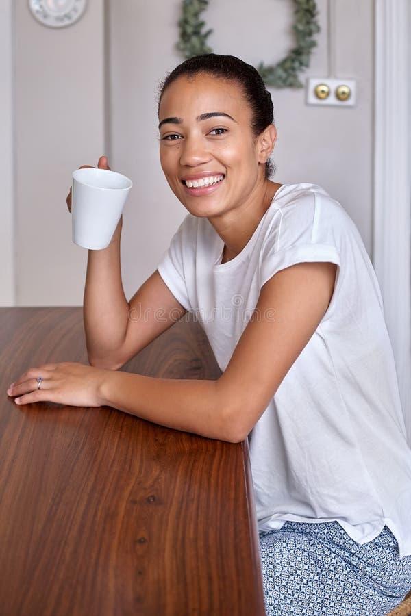 Кофейная чашка женщины стоковое изображение rf