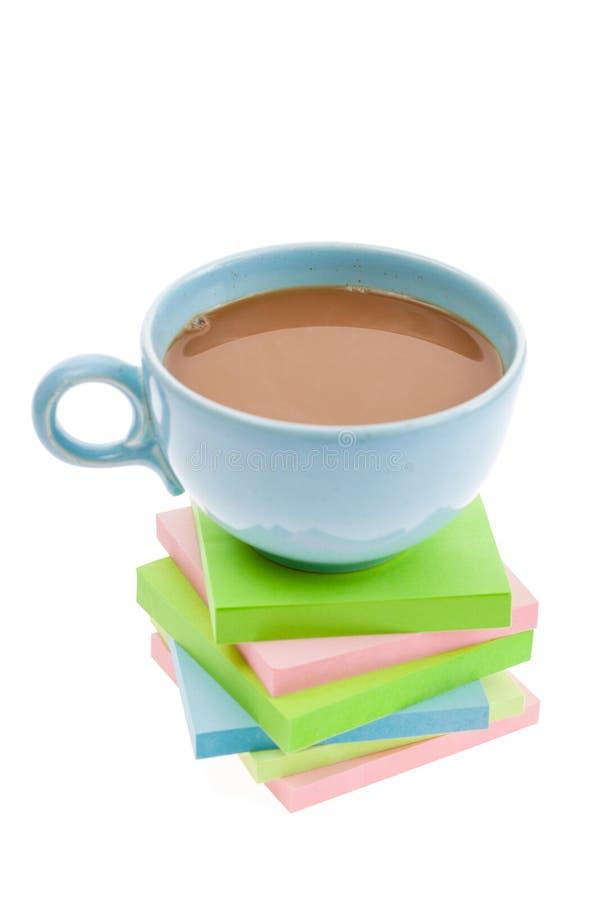 кофейная чашка замечает липкое стоковое изображение