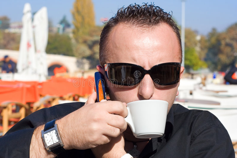 кофейная чашка имея персону стоковые изображения rf