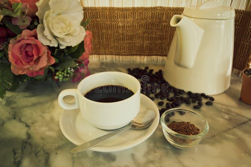 Кофейная чашка и бак на мраморной таблице стоковые фото