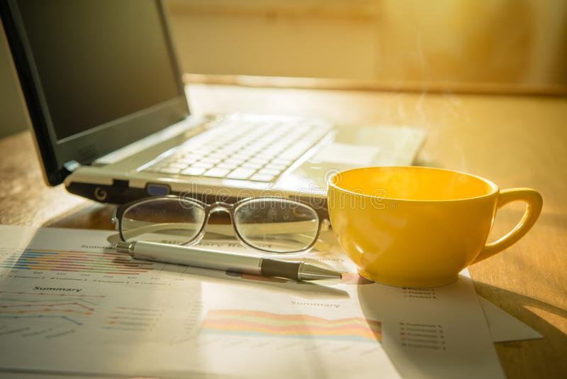 Кофейная чашка и компьтер-книжка, диаграмма, eyeglass и ручка стоковые изображения rf